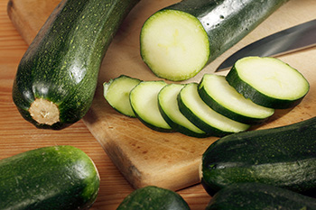 sliced zucchinis: zucchini is a food low in FODMAPs